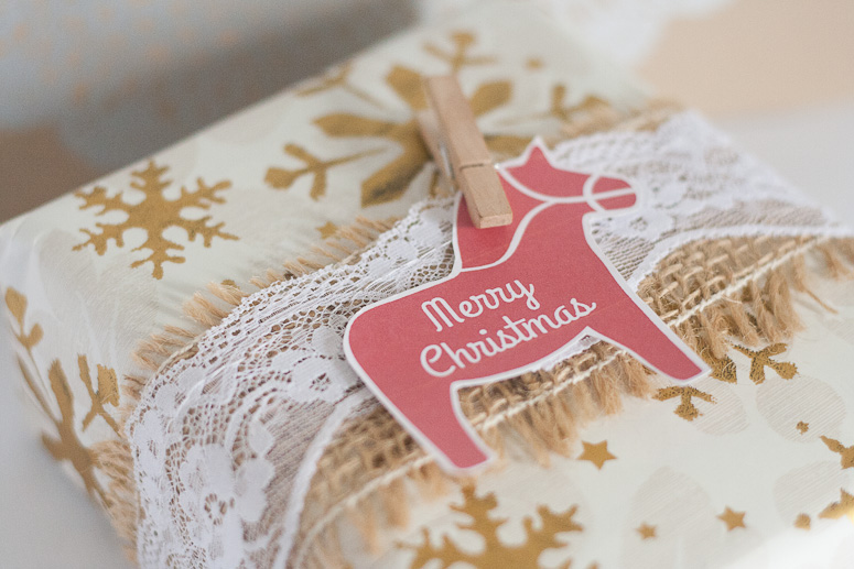 Burlap and lace at Callaloo Soup - gift wrap idea 3 - clip on a tag